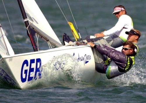 Завершился Чемпионат Европы в международном классе яхт «Солинг» (Италия, Circolo Vela Torbole). 26-29.06.19. На акватории красивейшего итальянского озера — Гарда, завершился рейтинговый Чемпионат Европы в килевом, спинакерном классе яхт «Солинг». До 2000 года, этот класс был в Олимпийской программе, и, имеенно, в нем, каждый год проводился Чемпионат Мира и Европы в гонках флота и по системе матч-рейс (гонки один на один). Т. е., за один сезон, только в Солинге, была уникальная возможность, стать двукратным чемпионом мира и европы.